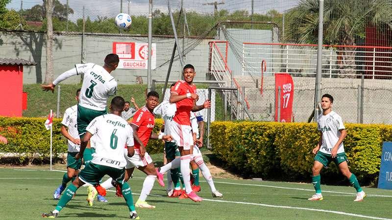 Sub-20 do Palmeiras em jogo contra o Internacional, em Alvorada-RS, no duelo de ida das quartas de final do Campeonato Brasileiro da categoria.
