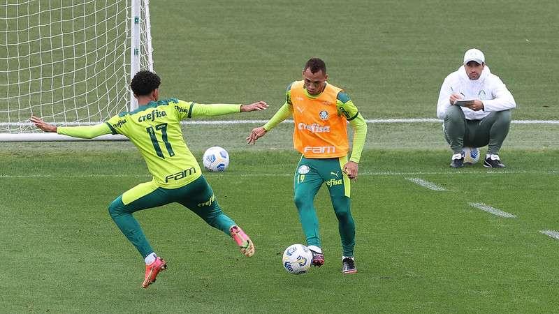 Matheus Fernandes e Breno Lopes realizam atividades observados por Abel Ferreira, durante treinamento do Palmeiras na Academia de Futebol.