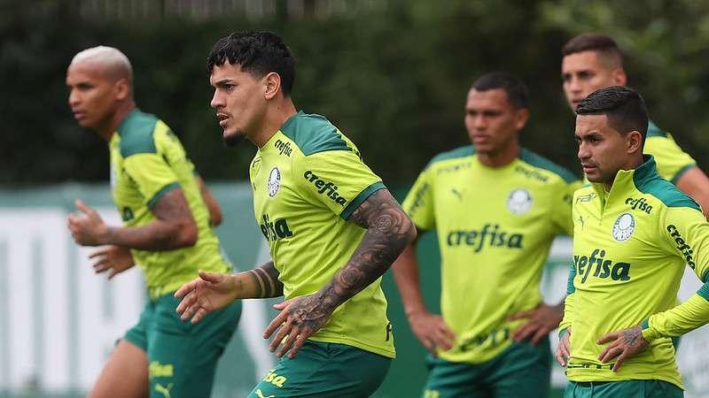 Gustavo Gómez em primeiro plano, junto com companheiros de elenco: Dudu, Deyverson, Gabriel Veron e Renan, durante treinamento do Palmeiras, na Academia de Futebol.
