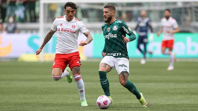 Zé Rafael do Palmeiras, em disputa com Saraiva do Internacional, durante partida válida pela vigésima sétima rodada do Brasileirão 2021, no Allianz Parque.