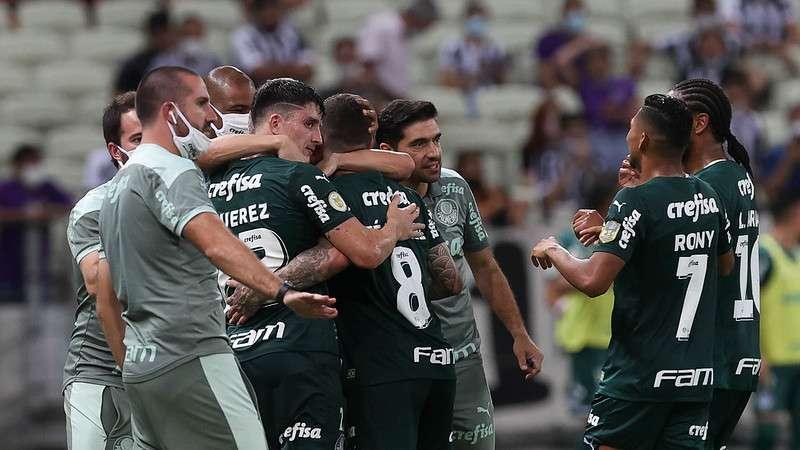 Elenco do Palmeiras comemora o gol de Zé Rafael contra o Ceará, durante partida válida pela décima nona rodada do Brasileirão 2021, no Castelão.