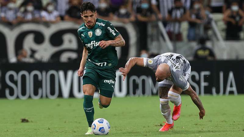 Raphael Veiga do Palmeiras em disputa com Marlon do Ceará, durante partida válida pela décima nona rodada do Brasileirão 2021, no Castelão.