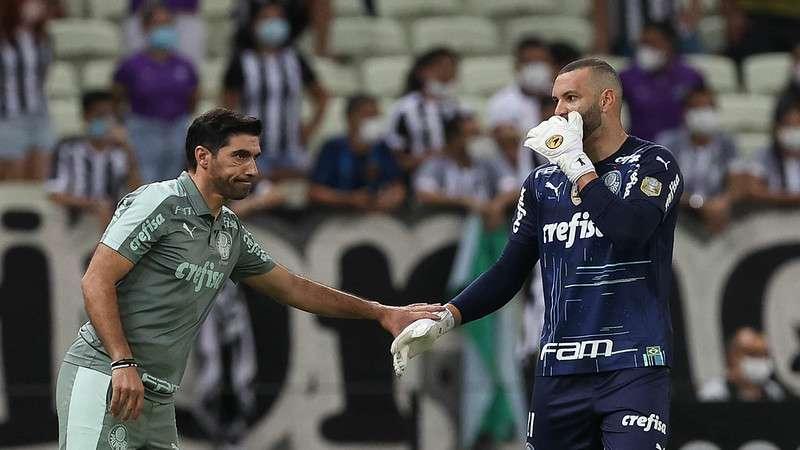Abel Ferreira e Weverton do Palmeiras em jogo contra o Ceará, durante partida válida pela décima nona rodada do Brasileirão 2021, no Castelão.