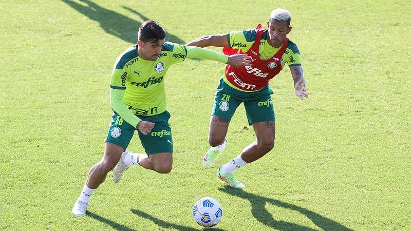 Victor Luis e Danilo durante treino do Palmeiras, na Academia de Futebol.