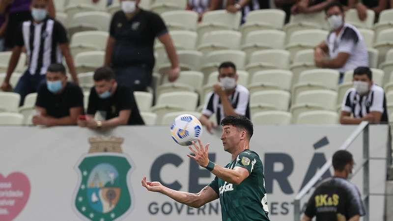 Joaquín Piquerez em jogo do Palmeiras contra o Ceará, durante partida válida pela décima nona rodada do Brasileirão 2021, no Castelão.