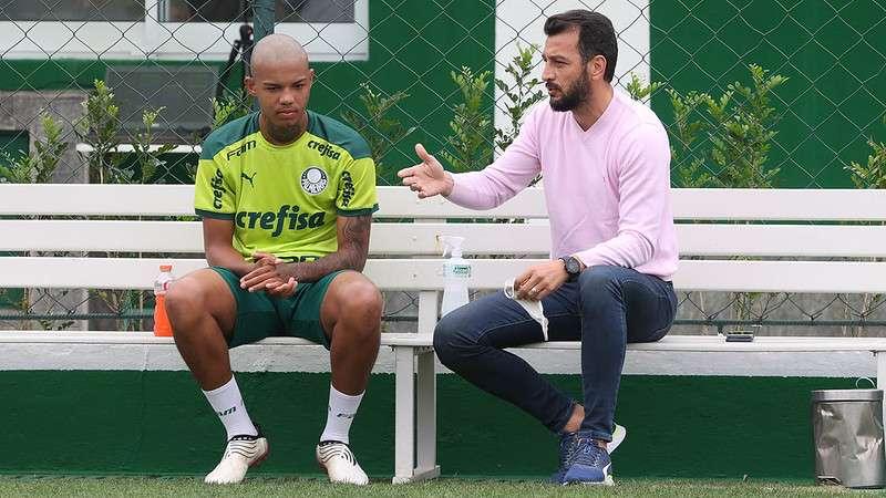 Kaylan e Edu Dracena conversam durante treinamento do Palmeiras, na Academia de Futebol.